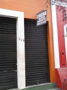 """Cine Renato Aragão, ainda em atividade [tirei a foto cedo e ainda estava fechado :-( ] ; apesar do nome, também é especializado em """"filmes educativos para adultos""""."""
