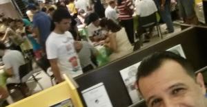 Na Saraiva muitas pessoas trocavam figurinhas. Pode-se ver mesas para as transações.