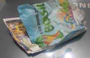 Acidentes acontecem: Abrir vários envelopes ao mesmo tempo pode rasgar algum. E rasguei justo adivinha de qual seleção?