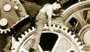 """Carlitos, personagem de Charlie Chaplin em cena do filme """"Tempos modernos"""""""