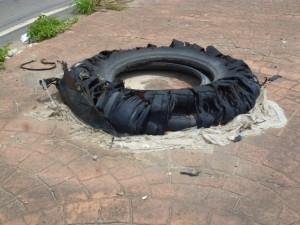 Nem a limpeza pública passa mais pelo local: desde 2009 esse pneu está jogado quase em frente à sede da Suframa.